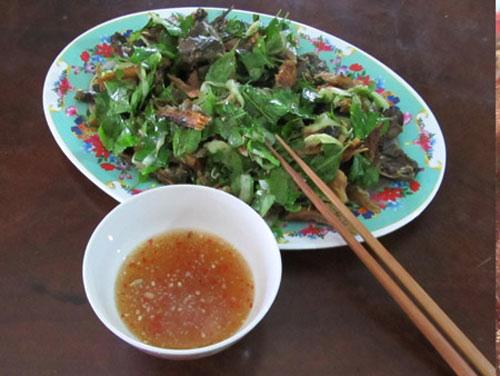 Món gỏi khô cá lóc trộn với đọt sầu đâu